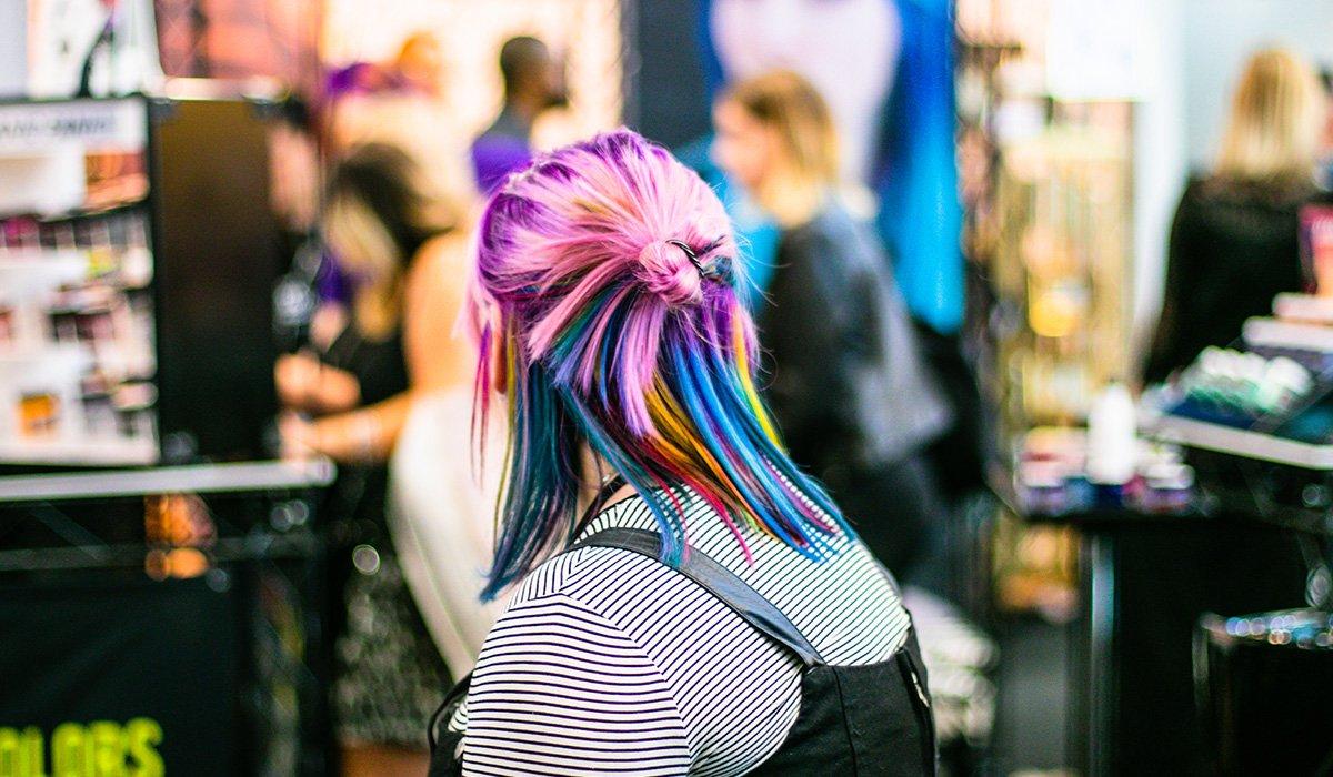 Femme cheveux de couleur